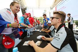 Nico Hülkenberg, Sahara Force India F1, schreibt Autogramme