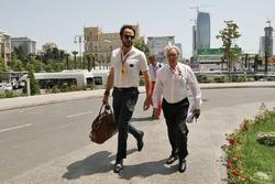 Bernie Ecclestone mit Matteo Bonciani, FIA-Pressesprecher