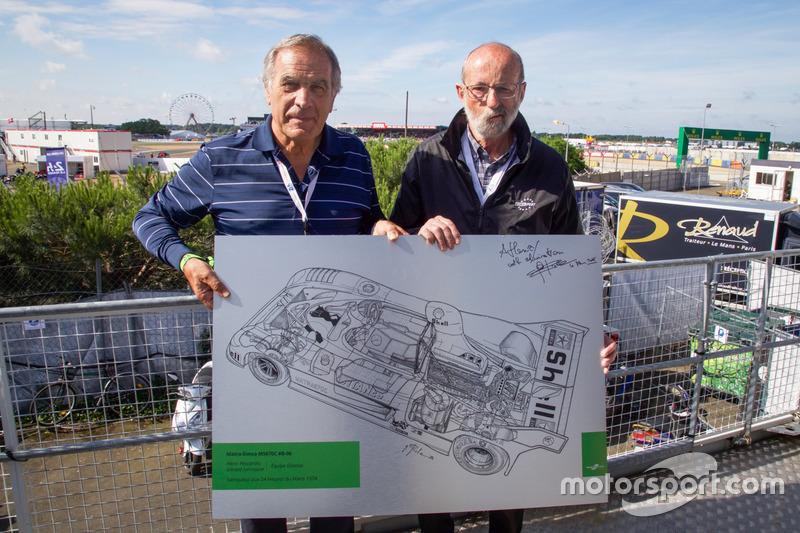 L'illustratore tecnico di Motorsport.com Giorgio Piola offre il suo disegno della Matra-Simca MS670C 1974 a Henri Pescarolo