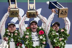 Podio LMP1: i vincitori assoluti e di classe #2 Porsche Team Porsche 919 Hybrid: Romain Dumas, Neel Jani, Marc Lieb