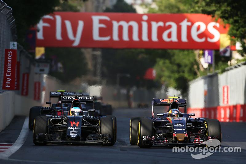 Fernando Alonso, McLaren MP4-31 y Carlos Sainz, Scuderia Toro Rosso STR11 luchan por la posición