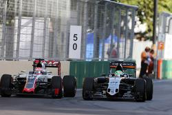 Nico Hulkenberg, Sahara Force India F1 VJM09 e Romain Grosjean, Haas F1 Team VF-16 lottano per la posizione