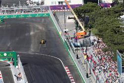 Джолион Палмер, Renault Sport F1 Team RS16 возвращается после вылета в первом повороте