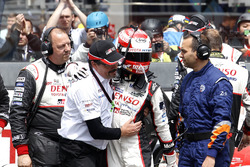 #5 Toyota Racing Toyota TS050 Hybrid: Kazuki Nakajima with Rob Leupen, Toyota Motorsport after the checkered flag