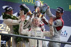 LMP1 podium: ganadores de la clase#2 Porsche Team Porsche 919 Hybrid: Romain Dumas toma una ducha de champán