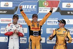 Podium: Racewinnaar Tom Coronel, Roal Motorsport, Chevrolet RML Cruze TC1; tweede plaats Tom Chilton, Sébastien Loeb Racing, Citroën C-Elysée WTCC; derde plaats Nicky Catsburg, LADA Sport Rosneft, Lada Vesta