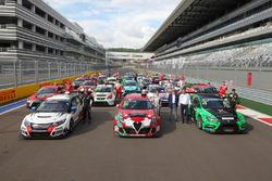 Gruppenbild mit allen Fahrzeugen und Fahrern der TCR Russland und TCR International