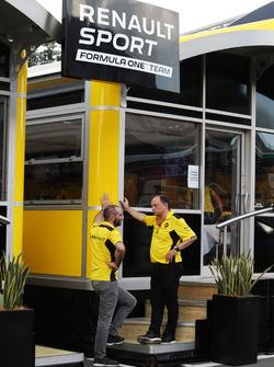 Сириль Абитбуль, управляющий директор Renault Sport F1 и Фредерик Вассёр, гоночный директор Renault Sport F1 Team