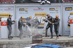 Podium: para pemenang Cameron Cassels, Trent Hindman, Bodymotion Racing, peringkat kedua Tyler McQuarrie, Tilt Bechtolscheimer, CJ Wilson Racing, peringkat ketiga Daniel Burkett, Marc Miller, CJ Wilson Racing bersuka-cita bersama sampanye