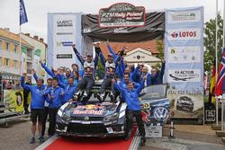 Para pemenang Andreas Mikkelsen, Anders Jテ、ger, Volkswagen Polo WRC, Volkswagen Motorsport bersama team