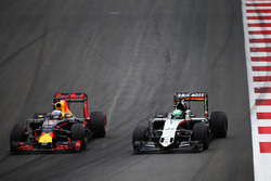 Daniel Ricciardo, Red Bull Racing RB12 e Nico Hulkenberg, Sahara Force India F1 VJM09