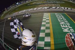 William Byron, Kyle Busch Motorsports Toyota tprende la bandiera a scacchi