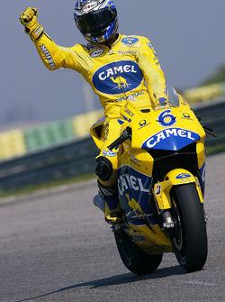 Ganador de la carrera Makoto Tamada
