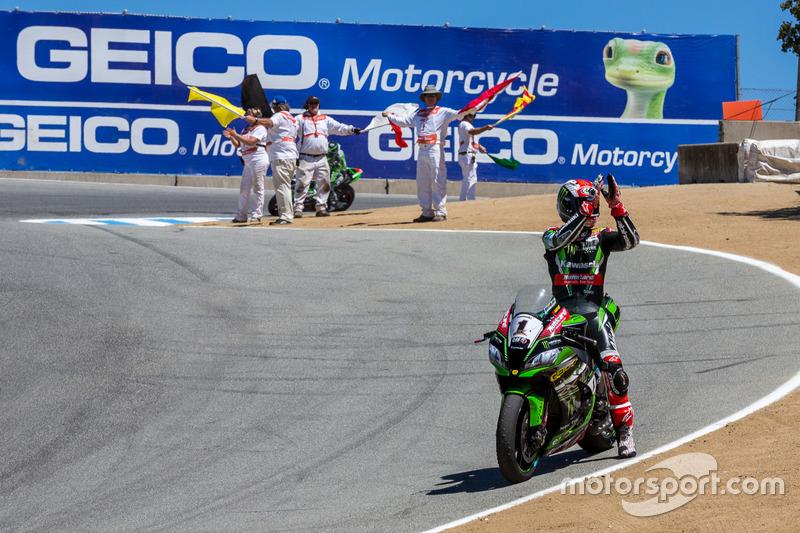 Ganador de la carrera Jonathan Rea, Kawasaki Racing Team celebra después de la carrera