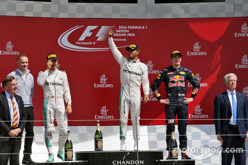 ... Rosberg cruzó la línea de meta por delante de Verstappen y subió al podio como segundo. Sin embargo...