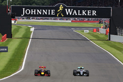 Max Verstappen, Red Bull Racing RB12 e Nico Rosberg, Mercedes AMG F1 W07 Hybrid lottano per la posizione