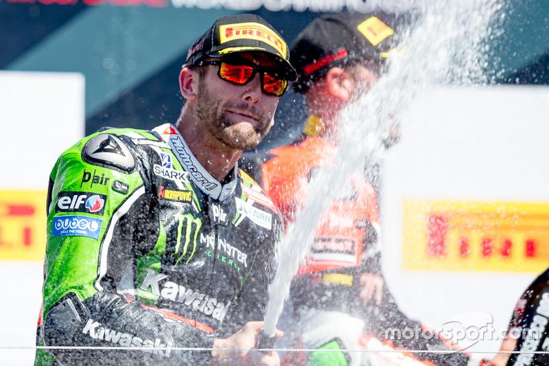 Ganador de la carrera del domingo, Tom Sykes, Kawasaki Racing Team celebra