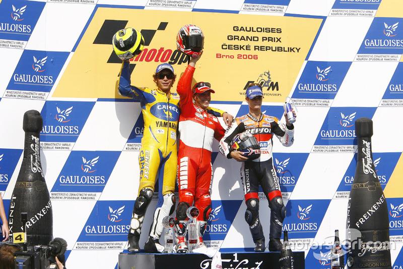 Podium: Sieger Loris Capirossi, Ducati; 2. Valentino Rossi, Yamaha; 3. Dani Pedrosa, Repsol Honda