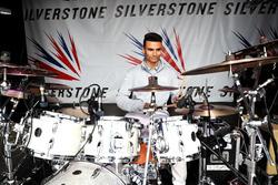 Pascal Wehrlein, Manor Racing spielt Schlagzeug auf der Silverstone-Bühne