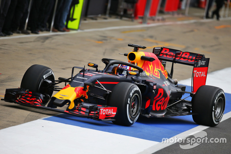 Pierre Gasly, testrijder Red Bull Racing RB12 met halo in de pitstraat