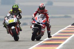 Cal Crutchlow, Team LCR Honda y Andrea Dovizioso, Ducati Team en el pitlane