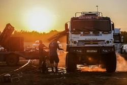 Mechanics clean the #300 Kamaz: Dmitry Sotnikov, Ruslan Akhmadeev, Ivan Romanov