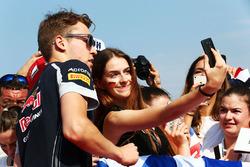 Даниил Квят, Scuderia Toro Rosso, с болельщиками