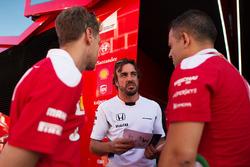 Fernando Alonso, McLaren con Sebastian Vettel, Ferrari e Diego Ioverno, Direttore delle operazioni Ferrari