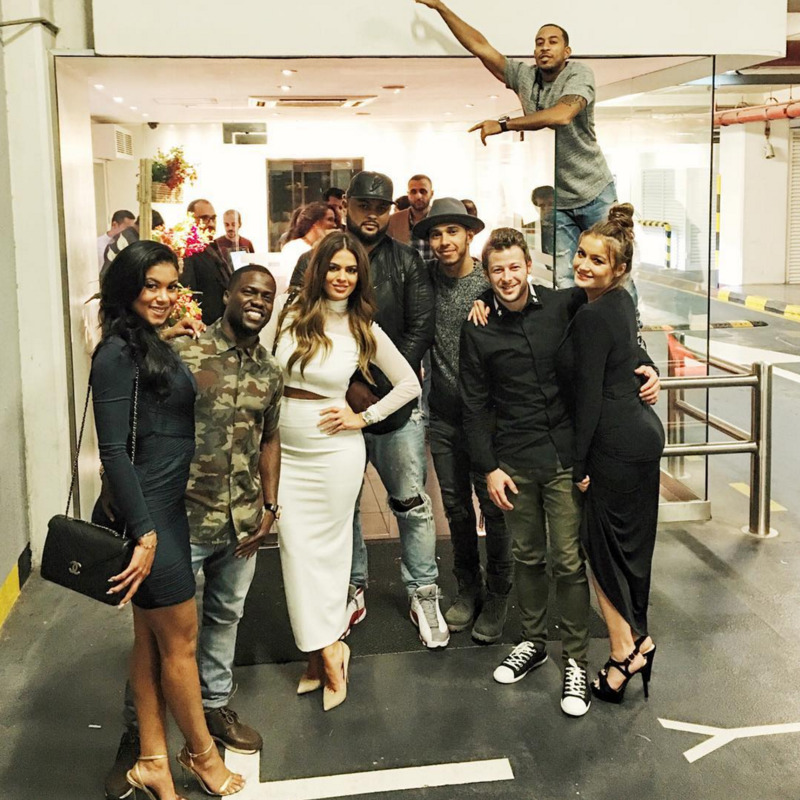 Hamilton com amigos após GP de Abu Dhabi