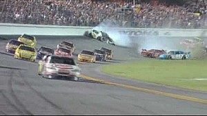 2009 Coke Zero 400 - Tony Stewart gana / Kyle Busch duro accidente