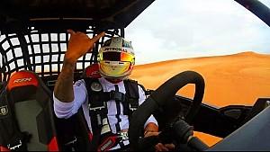 Lewis Hamilton s'amuse en buggy dans les dunes