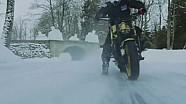 红牛摩托车手冰面漂移
