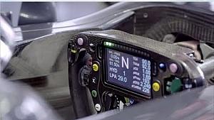 Fernando Alonso laat Formule 1-stuurtje zien