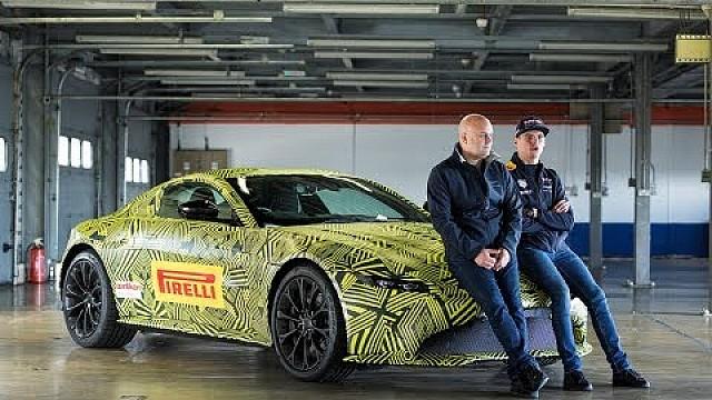 Formule 1 Max Verstappen met de nieuwe Aston Martin Vantage