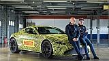 Max Verstappen met de nieuwe Aston Martin Vantage