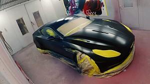 L'Aston Martin de Ricciardo et Verstappen à l'atelier de peinture